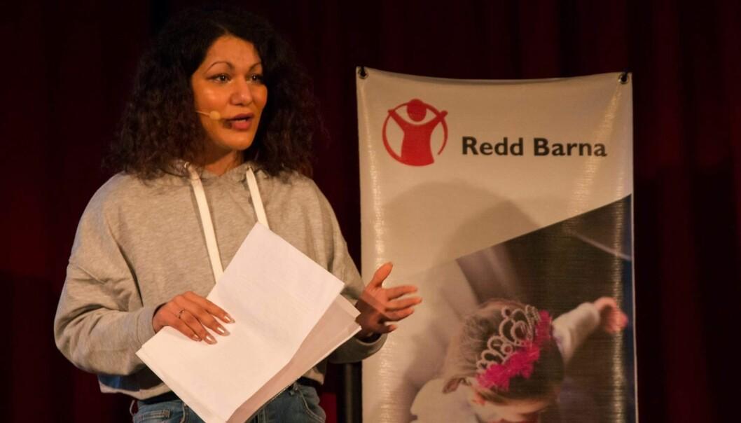 SEKSUELT OVERGREP MOT BARN: Overgrepsutsatte Angelica Kjos delte sin sterke historie om en barndom fylt med overgrep og vold fra scenen på Kulturhuset i Oslo i november. Foto: Redd Barna/Lene Moen Vik