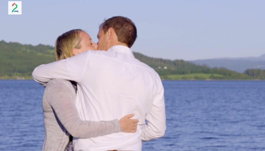 <strong>KYSS NUMMER TO:</strong> Hanne Molde og Ingvar Alstad kysser også i kveldens episode av «Jakten på kjærligheten». Da oppstår det et lite trekantdrama. Foto: TV 2