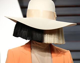 SKJULER ANSIKTET: Sia har gjort det til sitt varemerke å skjule ansiktet. Her var hun på Vanity Fairs Oscar-fest i Los Angeles i februar. Foto: Shutterstock/NTB Scanpix.