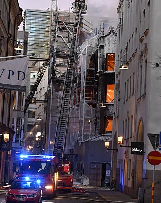 KAN RASE: Brannvesenet frykter at bygningen kan rase sammen.  Foto: Jonas Ekströmer/TT / NTB scanpix