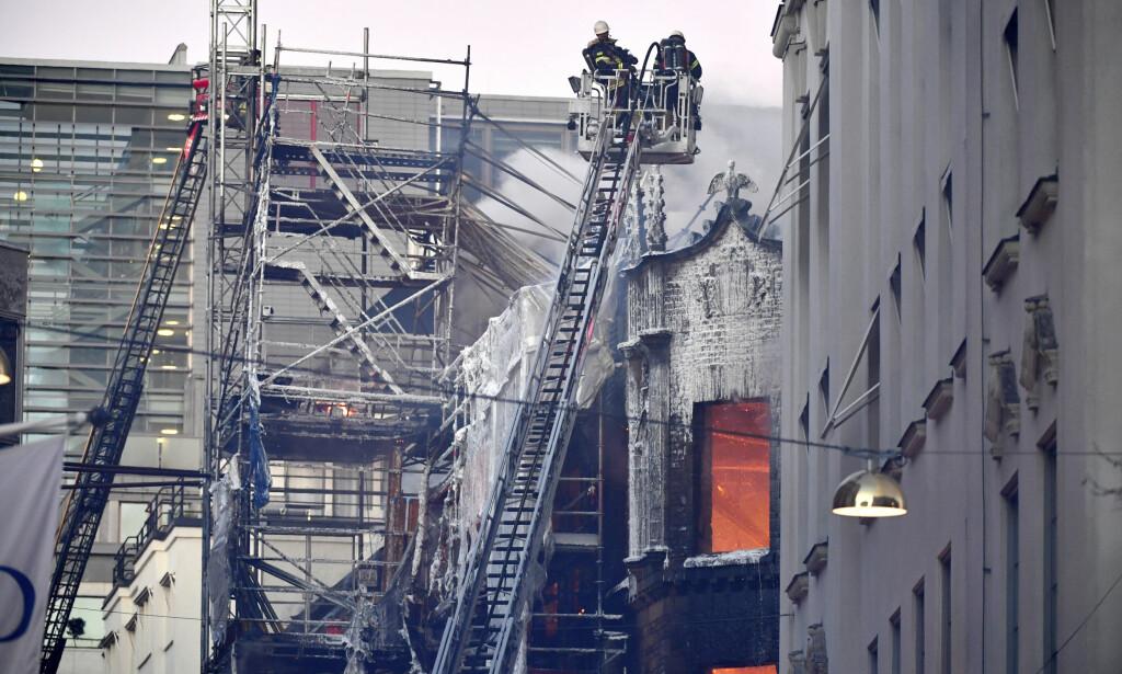 KRAFTIG BRANN: Det brenner kraftig i en bygning i Stockholm. Brannvesenet frykter den kan rase sammen. Foto: Jonas Ekströmer/TT / NTB scanpix