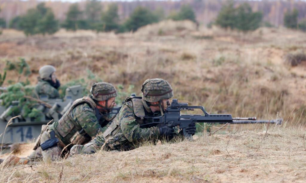 ØVER: Spanske soldater under øvelsen Silver Arrow 2017 i Latvia, 29.oktober i år. Foto: REUTERS/Ints Kalnins.