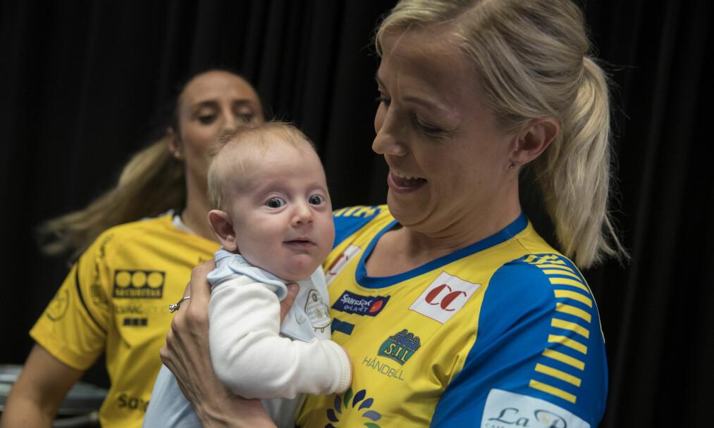 <strong>SJARMØR:</strong> Heidi Løkes lille sønn Oscar (fire mnd) blir med mamma til Tyskland for årets håndball-VM. Foto: NTB Scanpix