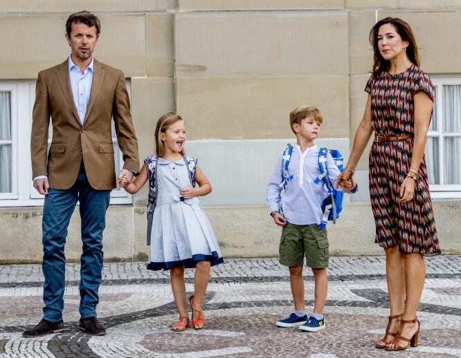FØRSTE SKOLEDAG: Kronprinsparet fulgte tvillingene prinsesse Josephine og prins Vincent til første skoledag i august. Foto: Shutterstock