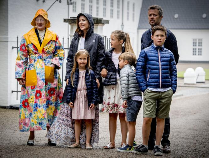 KRONPRINSFAMILIEN: Kronprinsfamilien og dronning Margrethe samlet i Danmark i juli. Foto: Shutterstock