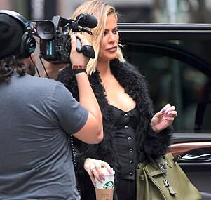 GRAVID? Forrige måned dukket Khloé Kardashian opp i New York, og flere internasjonale medier mente at hun har en kul på magen. Foto: NTB scanpix