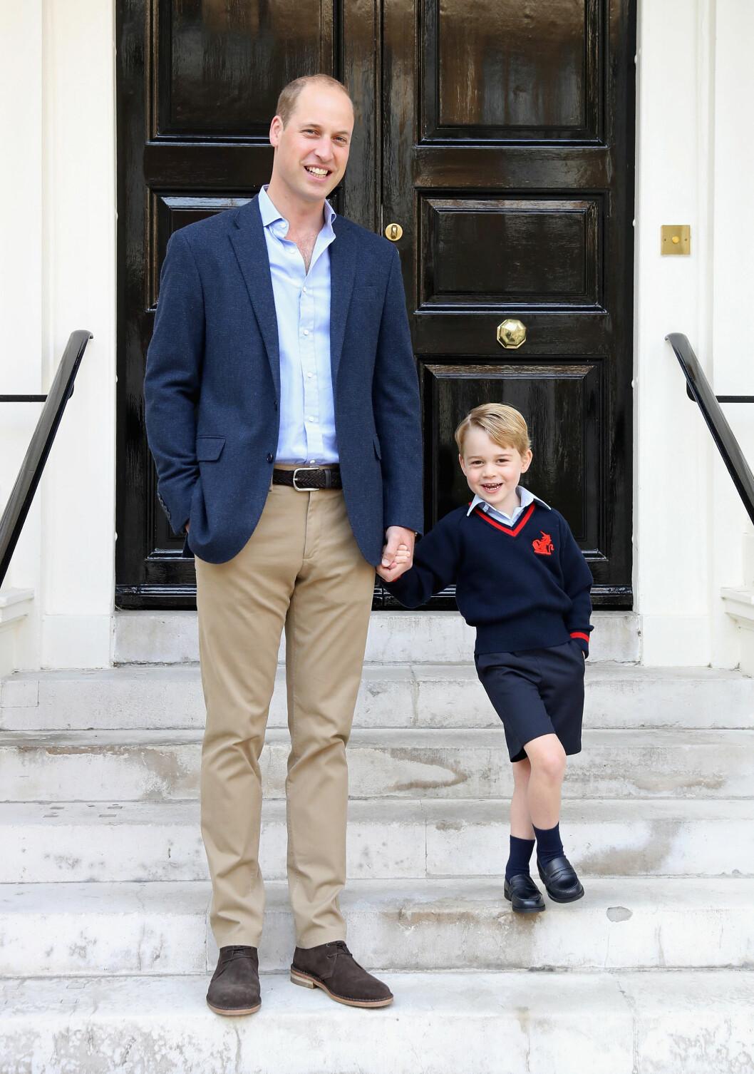 FØRSTE SKOLEDAG: Prins William fulgte sønnen prins George til sin alle første skoledag denne høsten. Gravide mamma Kate måtte dessverre bli hjemme ettersom hun også ved dette svangerskapet har pådratt seg ekstrem svangerskapskvalme. Foto: NTB Scanpix