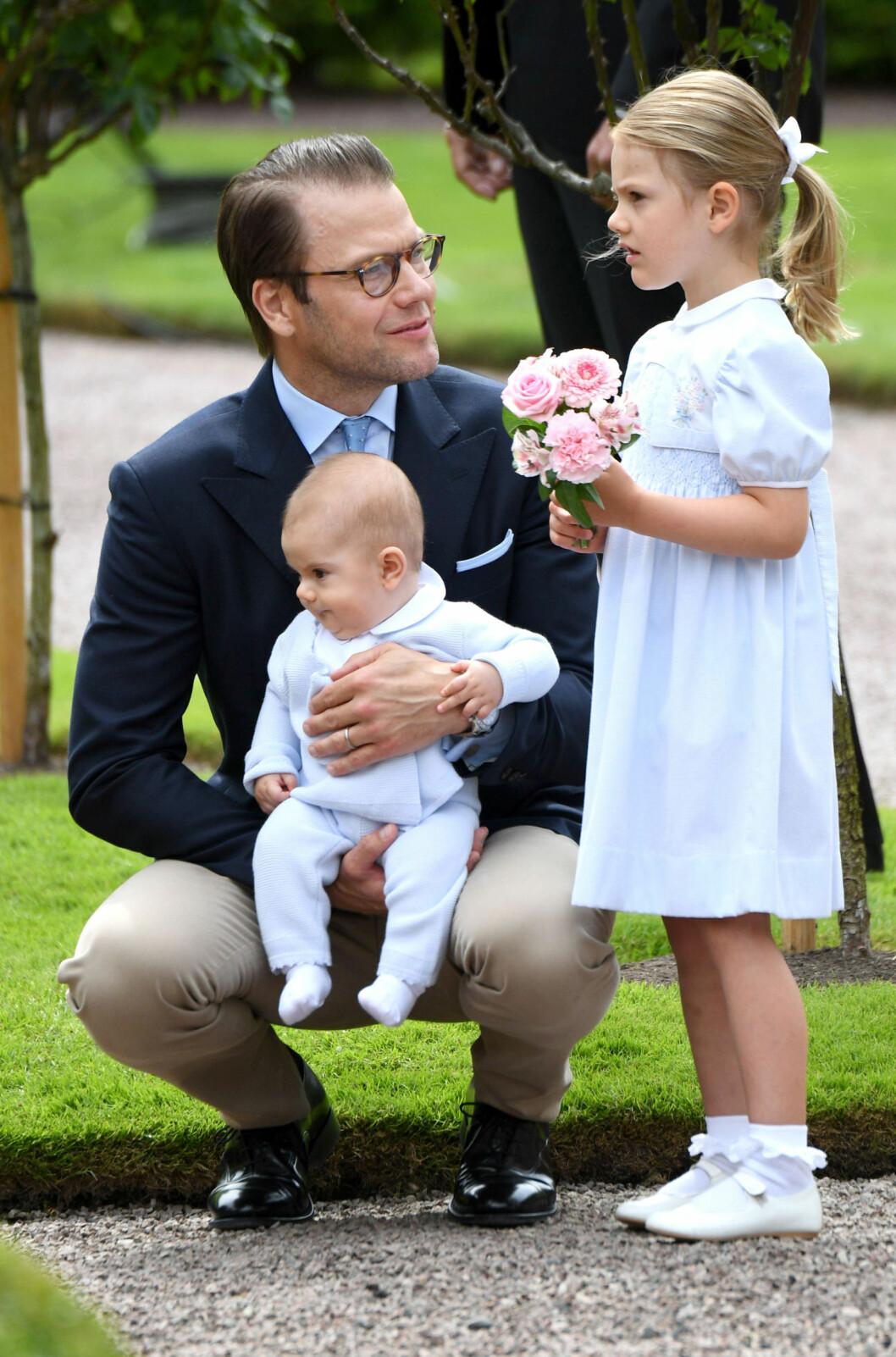 ELSKER FARSROLLEN: Prins Daniel av Sverige forguder sine to barn prinsesse Estelle og prins Oscar. Foto: NTB Scanpix