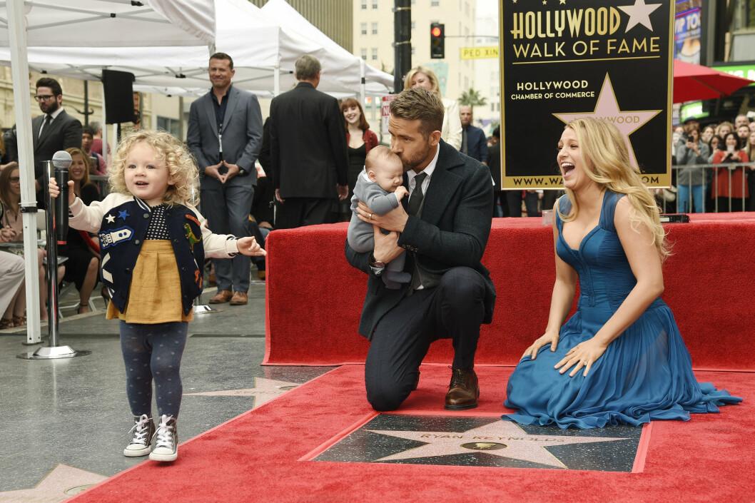 GOD STEMNING: Skuespiller Ryan Reynolds hadde med seg hele familien da han ble tildelt en stjerne på The Hollywood Walk of Fame. Sammen med kona har han barna James (2) og Ines (1). Foto: NTB Scanpix