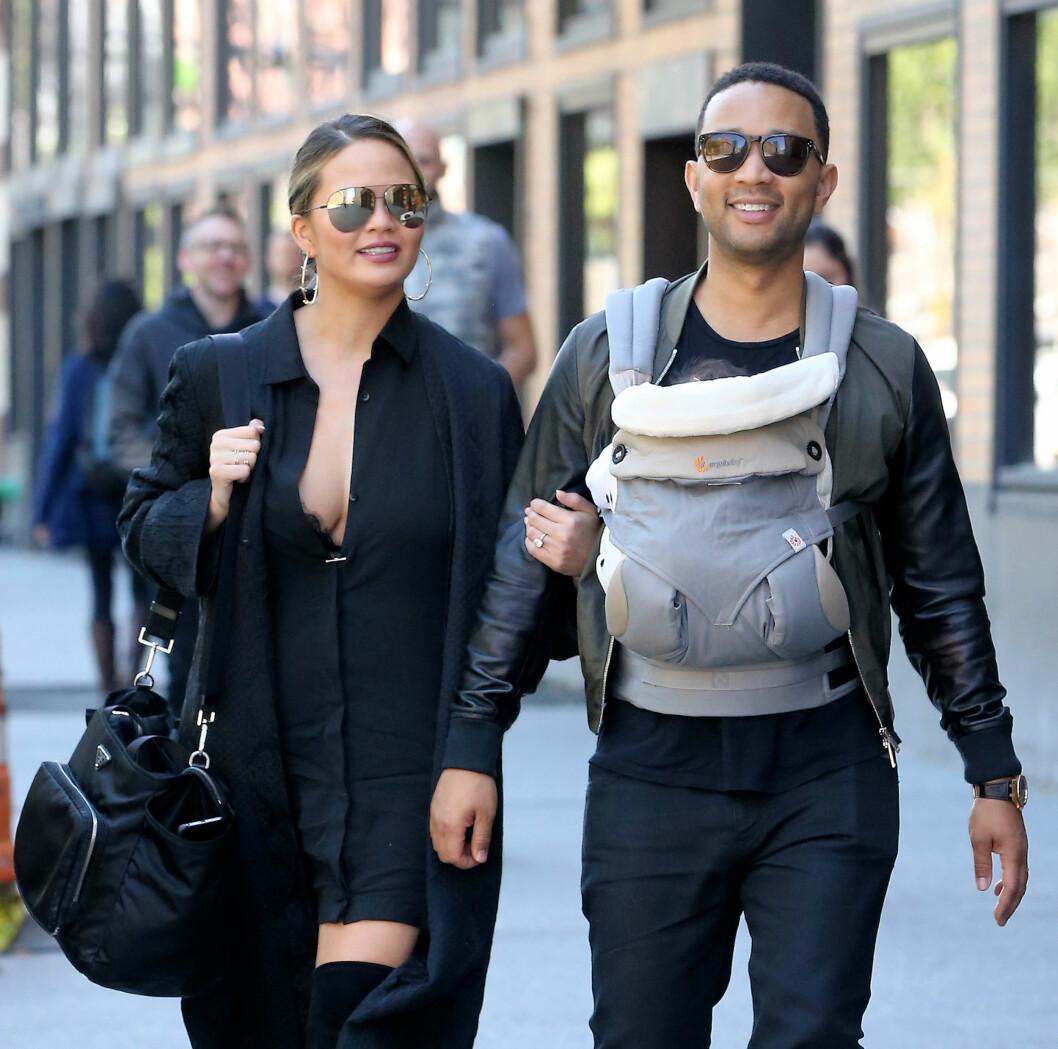 BÆRESELE: John Legend har ingenting imot å bære rundt på datteren Luna i bæresele. Her med kona Chrissy Teigen. Foto: NTB Scanpix