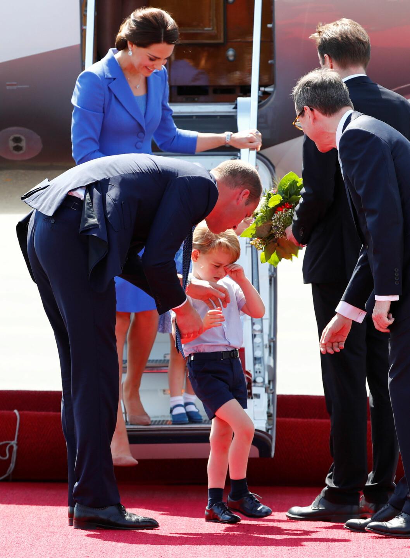 OMSORGSFULL: Prins William gir noen oppmuntrende ord til sønnen prins William etter at de har landet på flyplassen i Berlin. Foto: NTB Scanpix