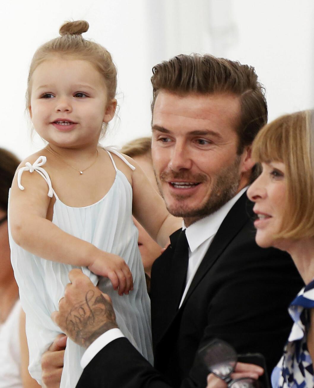 PÅ FØRSTE RAD: David Beckham med datteren Harper Beckham på moteevent. Foto: NTB Scanpix