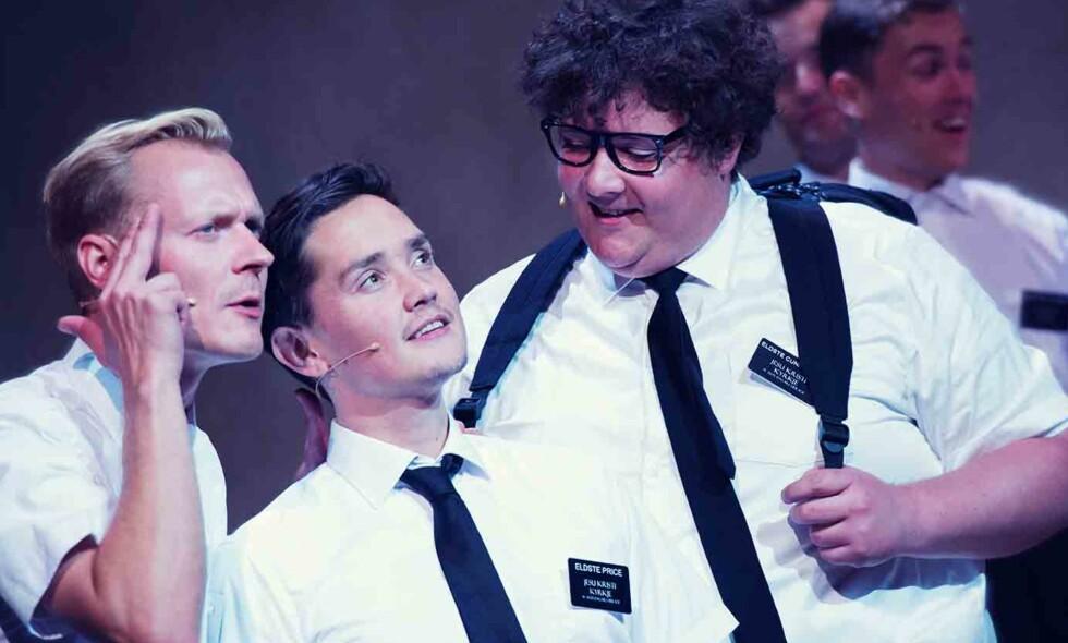 PREKTIGE FORKYNNERE: Frank Kjosås (i midten) og Kristoffer Olsen (til høyre) har hovedrollene i «Book of Mormon». Foto: Fredrik Arff/ Det Norske Teatret