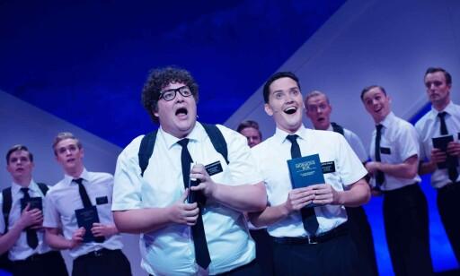 SYNGENDE DEODORANTER: Mormonermenn skal ut i verden. Foto: Fredrik Arff/ Det Norske Teatret