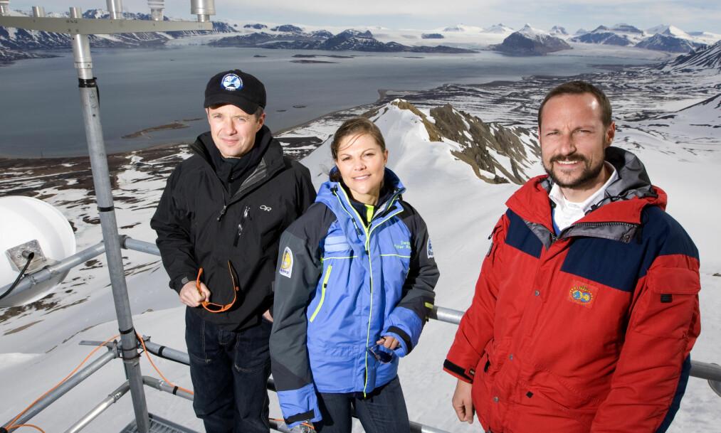 TRONFØLGERE: Kronprins Frederik, kronprinsesse Victoria og kronprins Haakon er alle opptatt av natur og miljø. Her er den royale trioen fotografert på Svalbard i 2008. Foto: NTB Scanpix