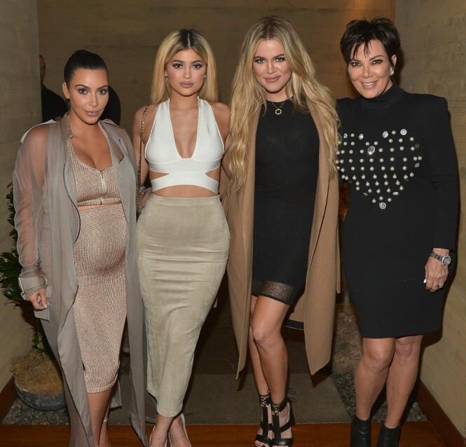 BERØMT FAMILIE: Kim Kardashian, Kylie Jenner, Khloe Kardashian og Kris Jenner holder kortene tett til brystene om jentene i midten venter sine første barn. Foto: Scanpix