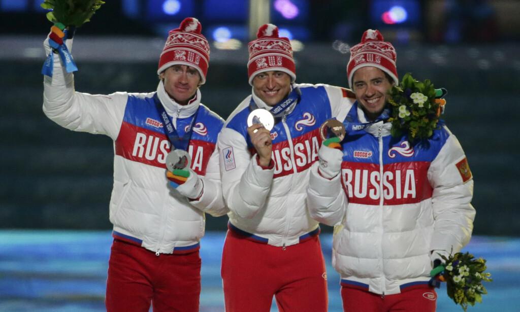 SLIK DET VAR: Maksim Vylegsjanin, Aleksander Legkov og Ilja Tsjernousov sto på pallen etter femmila i Sotsji. Nå er både Legkov og Vylegsjanin fratatt medaljene sine. Foto: AP /Charlie Riedel/ NTB Scanpix