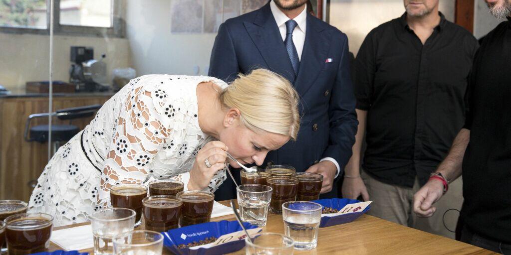image: Mette-Marit fikk kaffe i nesa