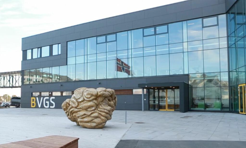 TRUSSEL: Politiet har rykket ut til flere adresser etter melding om en mulig skoleskyting på Bodø videregående skole i morgen. Foto: Thor-Wiggo Skille