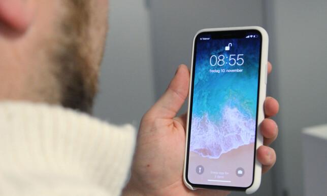 KNAPPEN ER BORTE: iPhone X låses opp med ansiktet, der svært avansert teknologi skanner ansiktet ditt og låser opp telefonen imponerende raskt om det er du som holder den. Foto: Andreas Carlsen