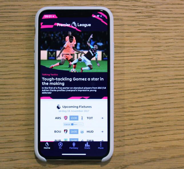 UTNYTTER HELE: Premier League-appen er en av appene som har blitt skrevet om til å støtte iPhone X-skjermen, og som du ser brukes også feltene ved siden av leppa. Foto: Pål Joakim Pollen