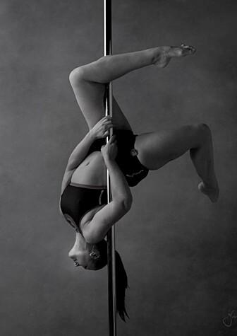 AKROBATISK: Elisabeth drev med konkurransedans som barn og ungdom. Poledance har hun holdt på med i to år. Foto: Pole in Style/ Yvonne Nguyen