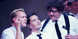 <strong>PREKTIGE FORKYNNERE:</strong> Frank Kjosås (i midten) og Kristoffer Olsen (til høyre) har hovedrollene i «Book of Mormon». Foto: Fredrik Arff/ Det Norske Teatret