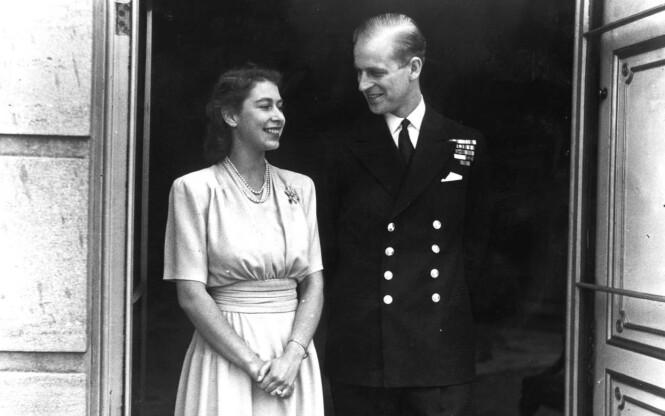 FORLOVELSEN: Selv om prinsesse Elizabeth og prins Philip ble hemmelig forlovet i 1946, ble ikke den gledelige nyheten kjent for folket før sommeren 1947. Philip Mountbatten ba kong George VI om tillatelse til å gifte seg med eldstedatteren. Foto: NTB Scanpix