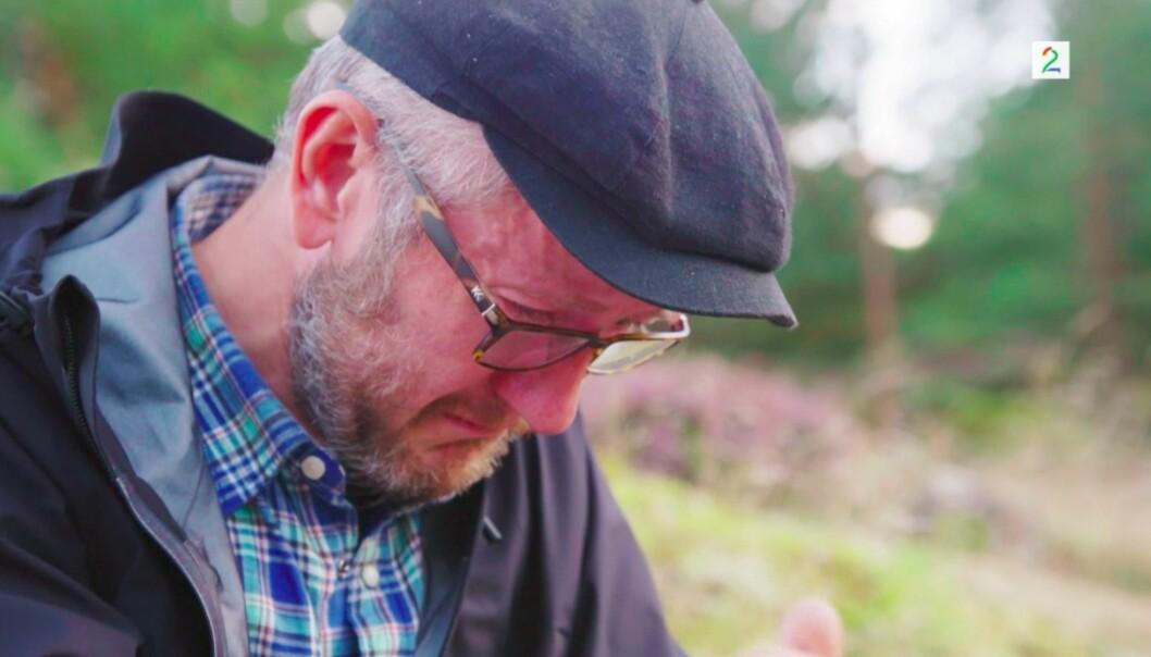 TÅREVÅTT: Geir Magne Haukås lot tårene trille da han leste ett av brevene fra kona - det som produksjonen slapp gjennom. Foto: TV 2