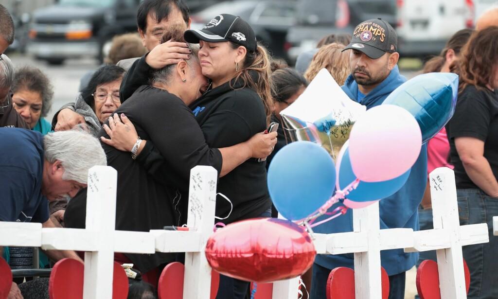 SORG: Venner og familie er i dyp sorg etter at 26 personer ble drept i en skytemassakre i Sutherland Springs i Texas. Foto: Scott Olson/Getty Images/AFP