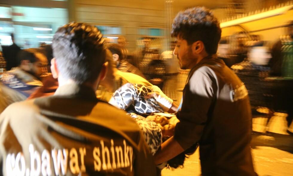 MANGE SKADDE: Her fraktes en skadet person i Irak til sykehuset for behandling etter jordskjelvet. Foto: Feriq Ferec / Anadolu Agency