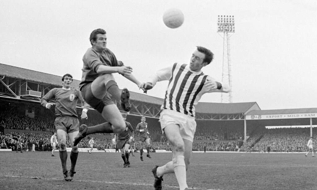 EN LEGENDE: Den tidligere Liverpool-keeperen Tommy Lawrence kjemper med tidligere WBA-spiller Jeff Astle om ballen under en kamp i 1968. Foto: NTB Scanpix