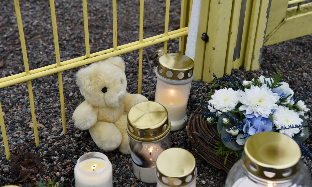 TENNER LYS: Lys og en teddybjørn er lagt ned ved lekeplassen i Borgå i Finland der en tre år gammel gutt ble knivdrept mandag. Foto: Jussi Nukari / Lehtikuva / NTB scanpix