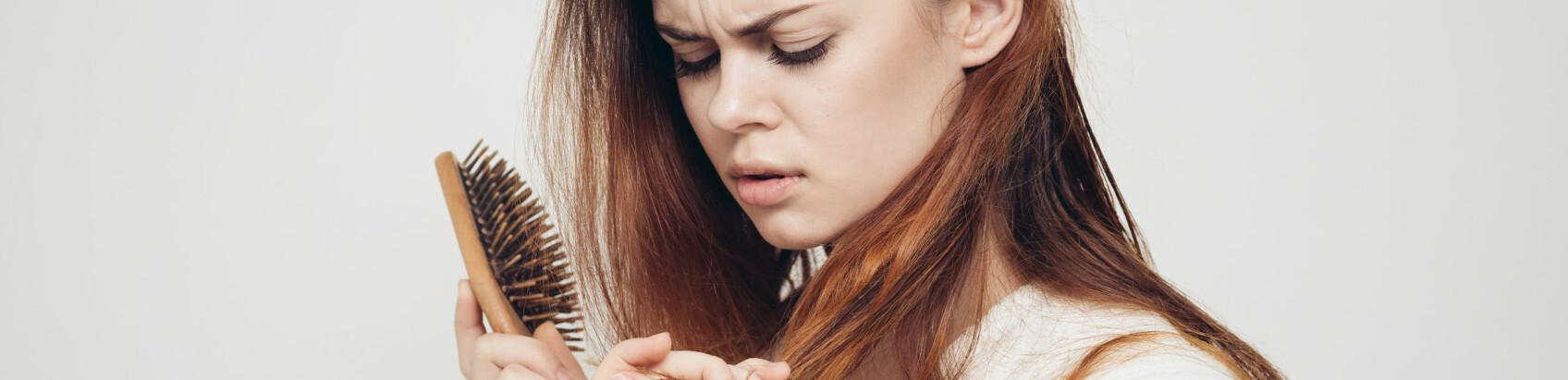 NORMALT: Det er helt vanlig å miste hår – men akkurat hvor mange hårstrå mister man egentlig hver dag? FOTO: Scanpix