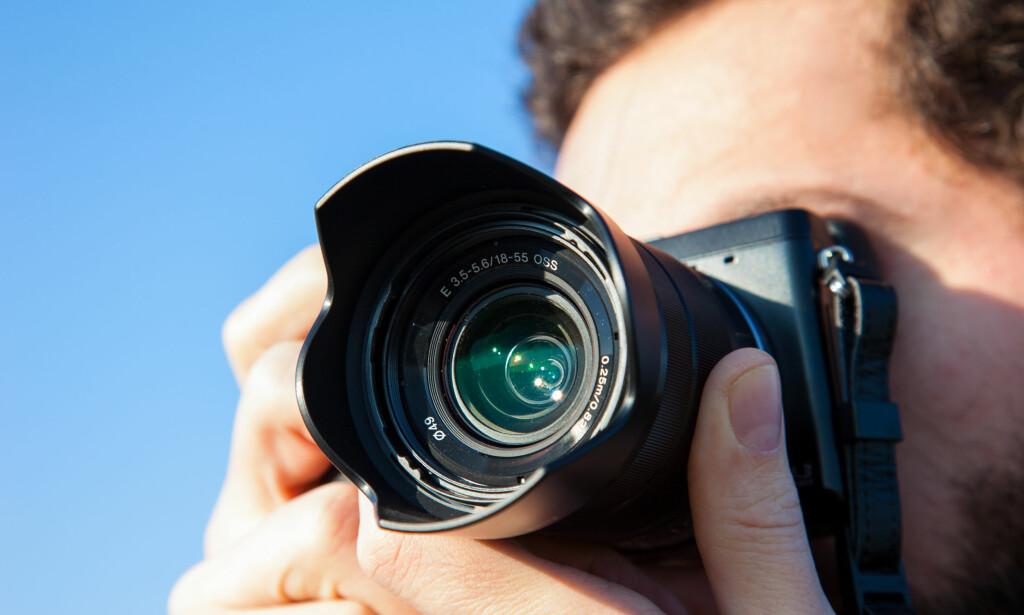 KAMERA-APPER: De som fortsatt bruker frittstående kamera, bør sjekke nøye hvor mye data de sender fra seg når de lagrer bilder i nettskyen. Foto: PriceM/Shutterstock/NTB scanpix