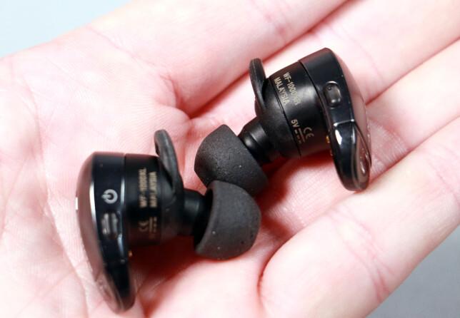 SMÅ KNAPPER: Sony WF-1000X har små knapper på undersiden som blant annet kan brukes til å hoppe mellom neste og forrige sang. Foto: Pål Joakim Pollen