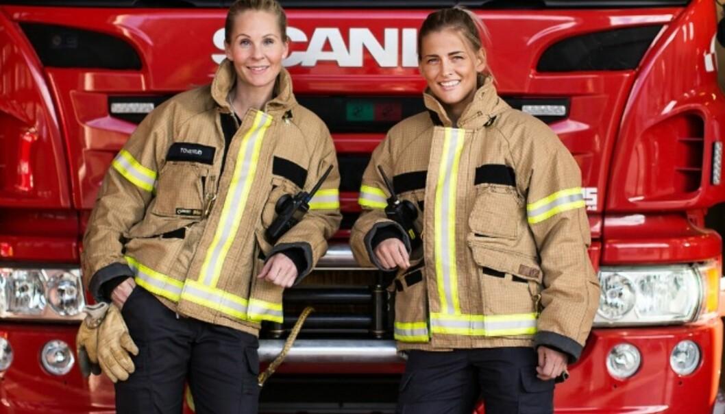 INSPIRERENDE DAMER: Eva Toverud var den første kvinnelige brannkonstabelen på Larvik Brannstasjon. Hun ble ansatt i 2011. Seks år senere fikk Thea Vagle jobb på samme stasjon. FOTO: Mona Moe Machava
