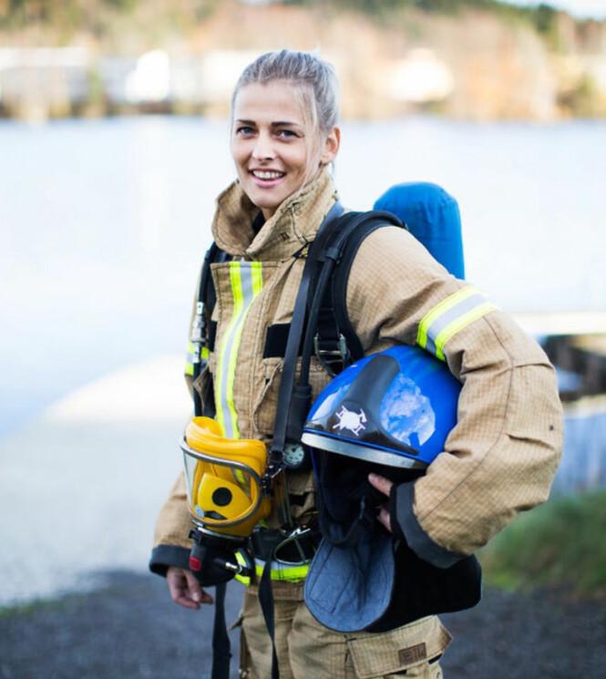 RØYKDYKKER: 25 år gamle Thea er per i dag den eneste brannkonstabelen med redningsdykker-kurs på Larvik Brannstasjon. Om ikke lenge får kollegene hennes også samme kursing. FOTO: Mona Moe Machava