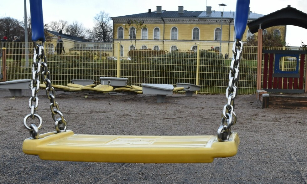 DØDE. Et lite barn på tre år døde etter å ha blitt påført alvorlige skader på denne lekeplassen i Finland. En mann (40) er pågrepet og siktet for drapet på barnet. Den siktede mannen er barnets far. Foto: Jussi Nukari / Lehtikuva / AFP / Scanpix