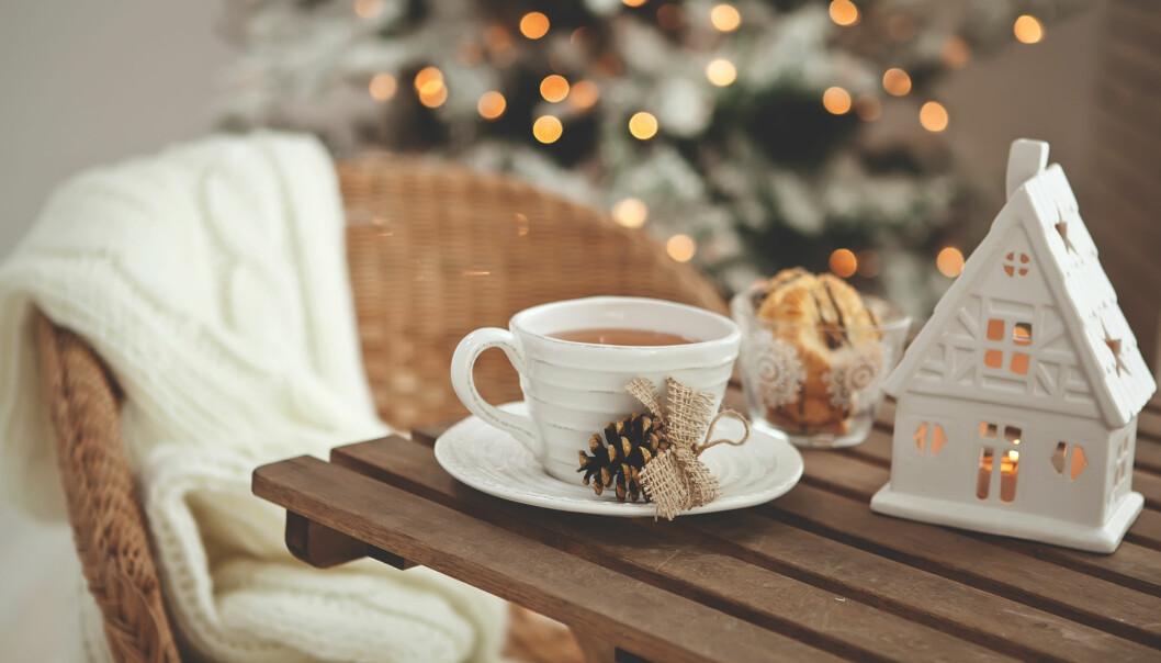 INTERIØR TIL JULEN: Vi starter julen litt tidlig i år med et par dekorative puter, noen duftlys og et aldri så lite mini-juletre! FOTO: NTB Scanpix