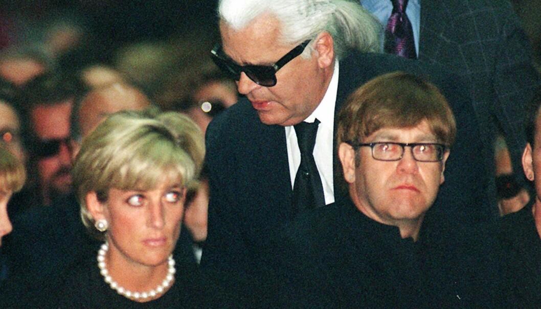 <strong>KJENDISFAVORITT:</strong> Karl Lagerfeld, her fotografert med prinsesse Diana og Elton John, har i flere tiår vært en av verdens mest kjente designere. Stjerner som Katy Perry, Beyoncé og kronprinsesse Mette-Marit elsker kreasjonene hans. Foto: NTB scanpix