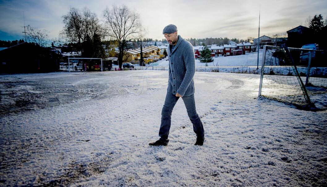 BARNDOMMENS BANE: John Carew har akkurat avsluttet innspillingen av NRKs nye dramaserie «Heimebane». Vi ble med han til banen der han spilte fotball i barndommen. Foto: Bjørn Langsem