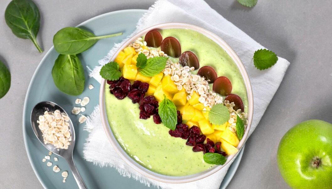 SMOOTHIE BOWL: Grønn smoothie bowl med stangselleri og spinat. FOTO: TINE