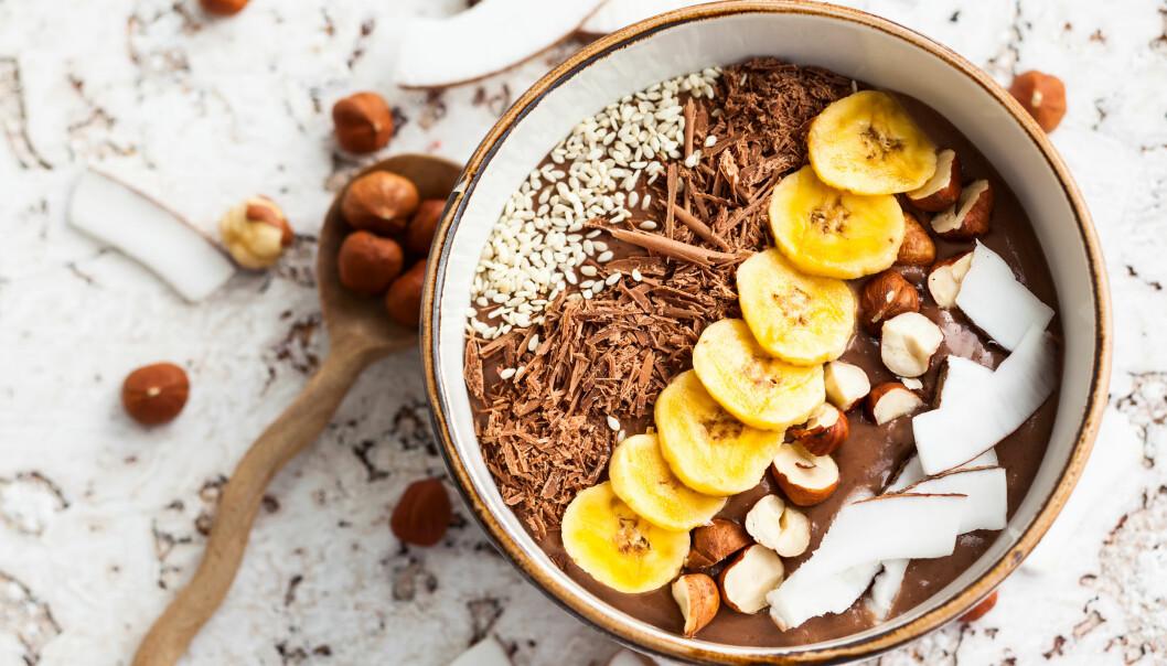 SMOOTHIE BOWL: - For at en smoothie skål skal bli et godt sammensatt måltid bør det bidra med protein, karbohydrater, fiber og litt fett, samt vitaminer og mineraler, sier eksperten. FOTO: NTB Scanpix