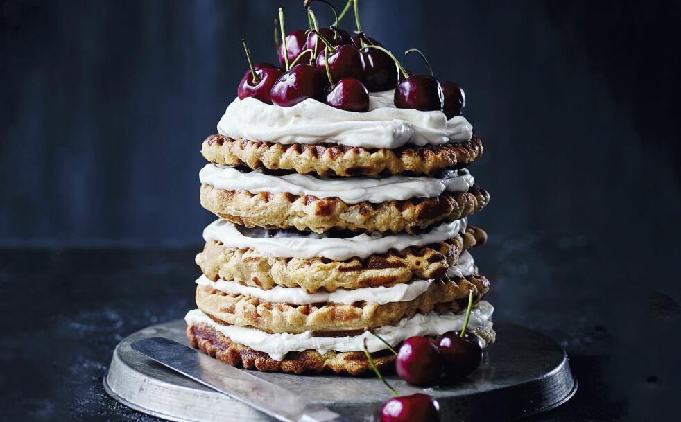 VAFLER: Høyden og de lekre kirsebærene på toppen gjør denne kaken til et spesielt vakkert blikkfang på matbordet. FOTO: Nina Malling, skovdalnordic.com