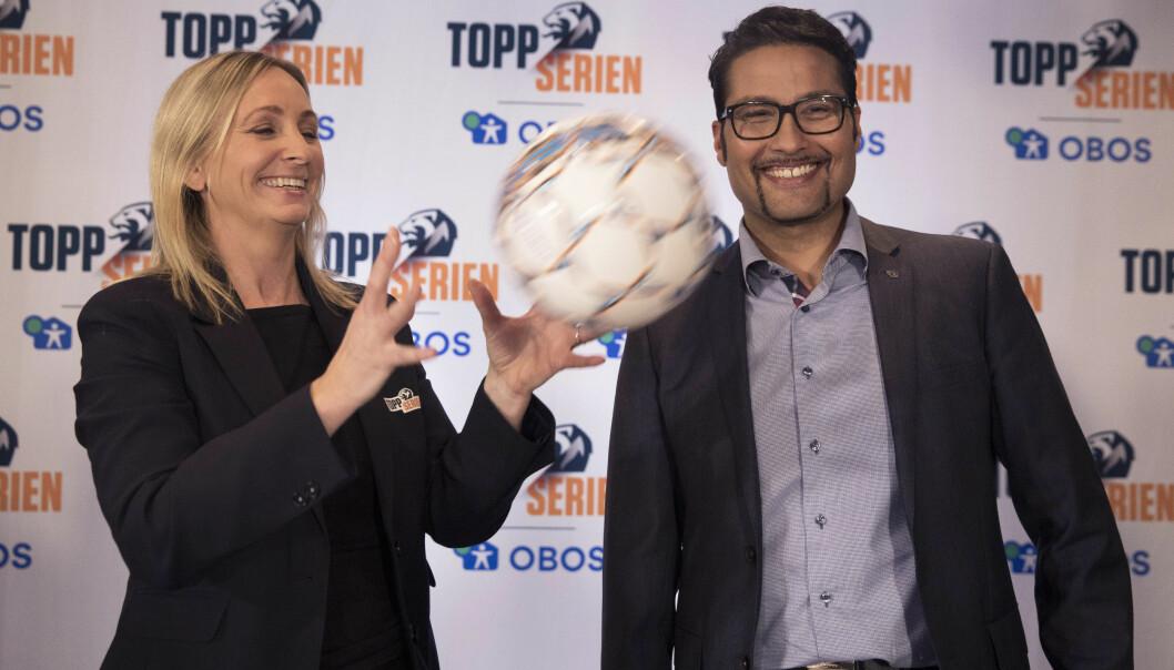 <strong>EN HISTORISK AVTALE:</strong> Hege Jørgensen, daglig leder for Serieforeningen for kvinnefotball og adm. dir. i OBOS Daniel K. Siraj, har signert en femårs avtale som garanterer kvinnefotballen elleve millioner kroner i året i cash, tjenester og tiltak. For Toppserien, som NFF mente ikke var salgbar, er det banebrytende. Foto: Ole Berg-Rusten/ NTB Scanpix