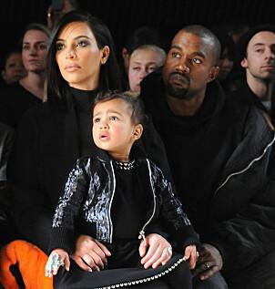 <strong>PÅ MOTESHOW:</strong> Kim og Kanye sammen med datteren North på moteshow i New York i 2015. Foto: AFP