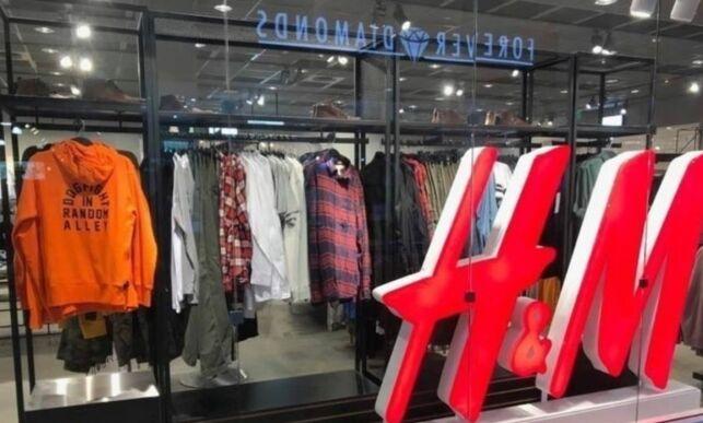 image: Raste mot H&Ms nye genser. Nå fjernes den fra butikkene