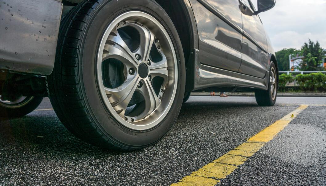 <strong>SLITASJE:</strong> Både slitasje av dekk, asfalt og veimaling anslås å være kilder til mikroplast. Foto: NTB Scanpix