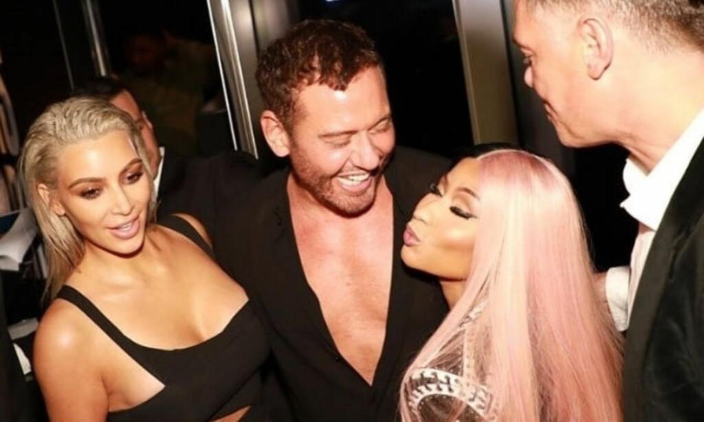 TETT KONTAKT: Kim Kardashian og Nicki Minaj har flere ganger festet sammen, som her i London tidligere i år. Nå følger Nicki i fotsporene til Kim på forsiden av bladet Paper. Foto: Backgrid/NTB Scanpix